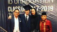 <p>Nah, kalau ini, Donna dan Abdul Latief menghadiri kelulusan anak laki-laki Dipo Latief yang bernama Adiro. Semoga sehat selalu ya semuanya.(Foto: Instagram @donna.latief)</p>