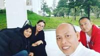 <p>Saat diberlakukan isolasi mandiri sejak tahun lalu, Dipo dan Donna juga memilih untuk menghabiskan nyore di rumah aja nih, Bunda. (Foto: Instagram @donna.latief)</p>