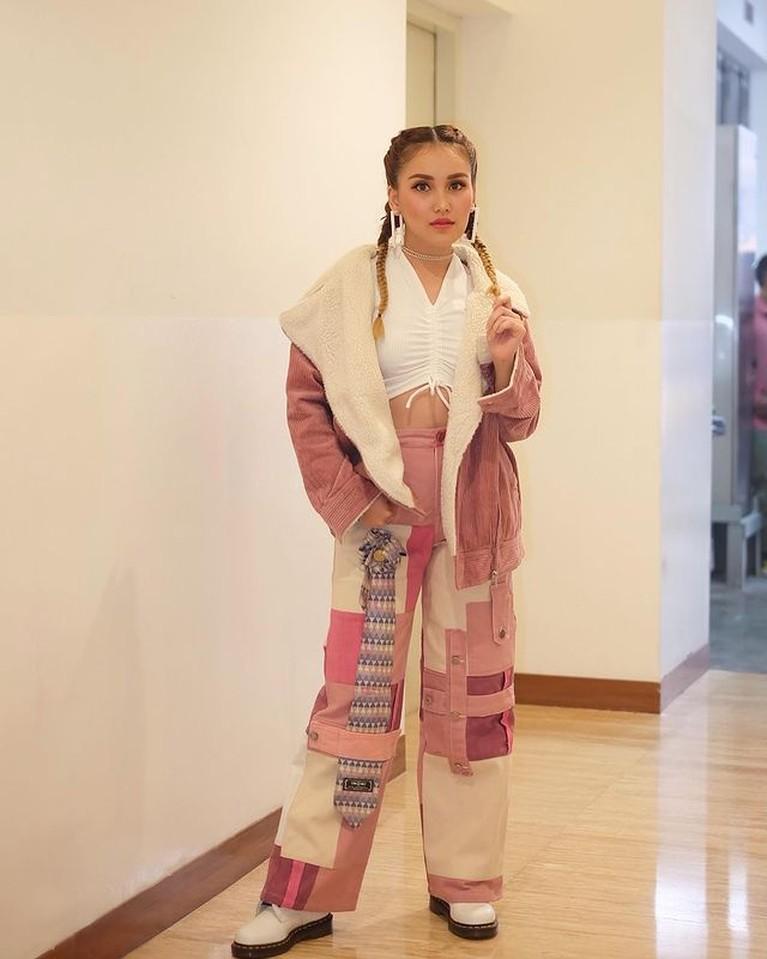 Ayu Ting Ting diketahui kerap berdandan ala cewek korea. Yuk kita intip bagaimana gayanya!