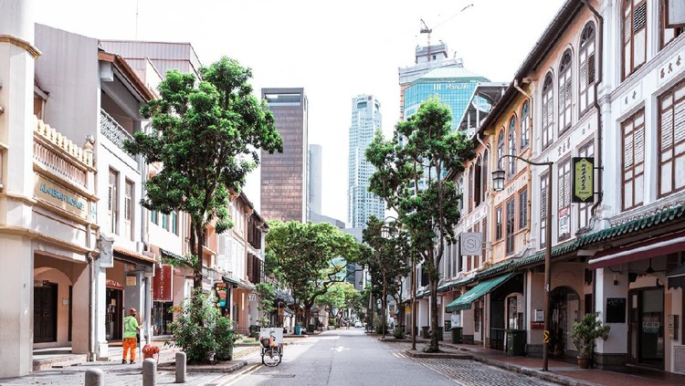Thank you for cleaning Telok Ayer street in CBD, Singapore - 25 April 2020; Singapore faces second wave of coronavirus from April 2020, it is because there are massive clusters at dormitories where thousands of foreign workers stay. Those dorms are isolated now but healthy workers & those who have essential job are sent elsewhere and are working even now. This man in these pictures has essential job, which is cleaning. Thanks to these workers, Singapore is maintained clean. Thank you for keeping Singapore very clean.