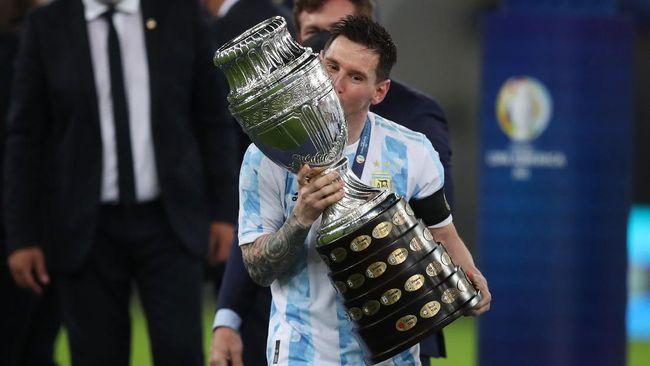 Postingan Lionel Messi saat memamerkan trofi Copa America 2021 memecahkan rekor like di instagram, sekaligus kalahkan rekor Ronaldo.