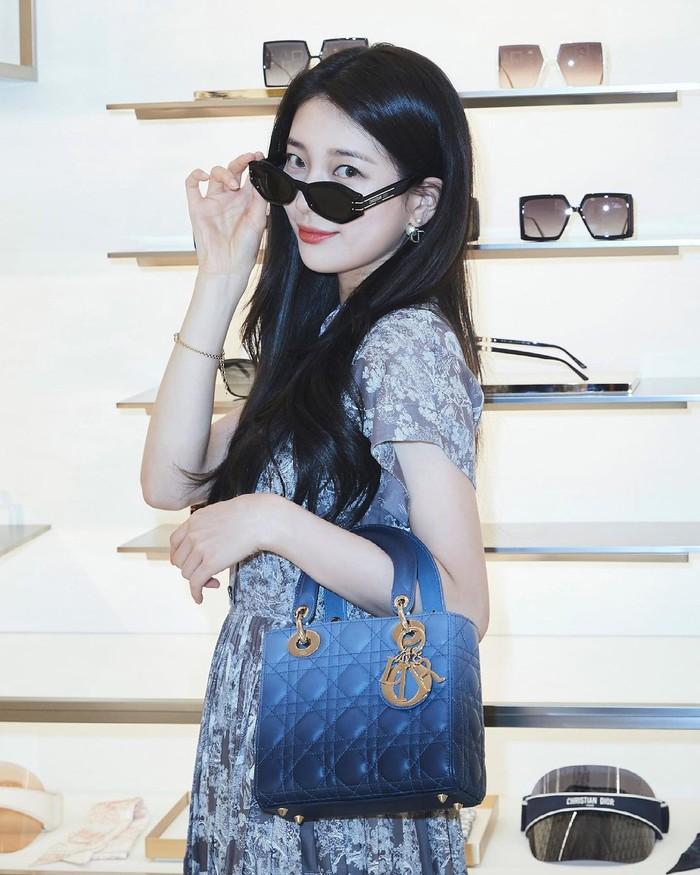 Di tempat tersebut, Suzy mencoba aksesoris yang dapat melengkapi penampilan, seperti kacamata. Kali ini, Suzy mencoba kacamata Diorsignature B1U yang menambah kesan elegan pada penampilannya. (Foto: Instagram.com/voguekorea)