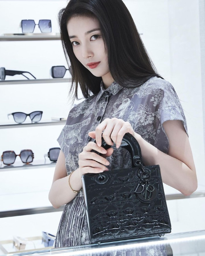 Melalui akun Instagram resminya, Vogue Korea telah merilis beberapa foto terbaru Suzy yang mengunjungi pop up store terbaru Dior 'Toile de Jouy Collection'. Pop up store ini berada di the Seoul Galleria Department Store. (Foto: Instagram.com/voguekorea)