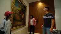 <p>Tak hanya foto pribadi, Indra Priawan juga menyimpan lukisan kuno bernilai fantastis. Salah satunya lukisan asli milik Raden Saleh bernilai jutaan dollar yang diturunkan sejak 1867 silam. (Foto: YouTube TRANS7 OFFICIAL)</p>