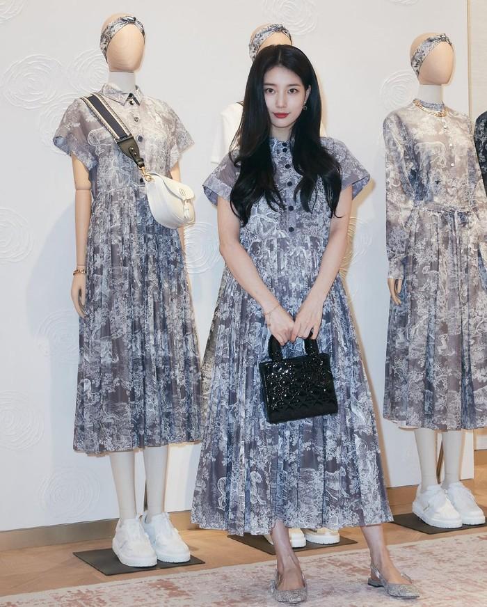 Suzy menjadi tamu pertama yang diundang untuk mengunjungi toko, bahkan sebelum tokonya melakukan acara pembukaan resmi. Pop up store ini menjual segala pakaian wanita, tas, sepatu, dan lengkap hingga aksesoris lainnya. (Foto: Instagram.com/voguekorea)