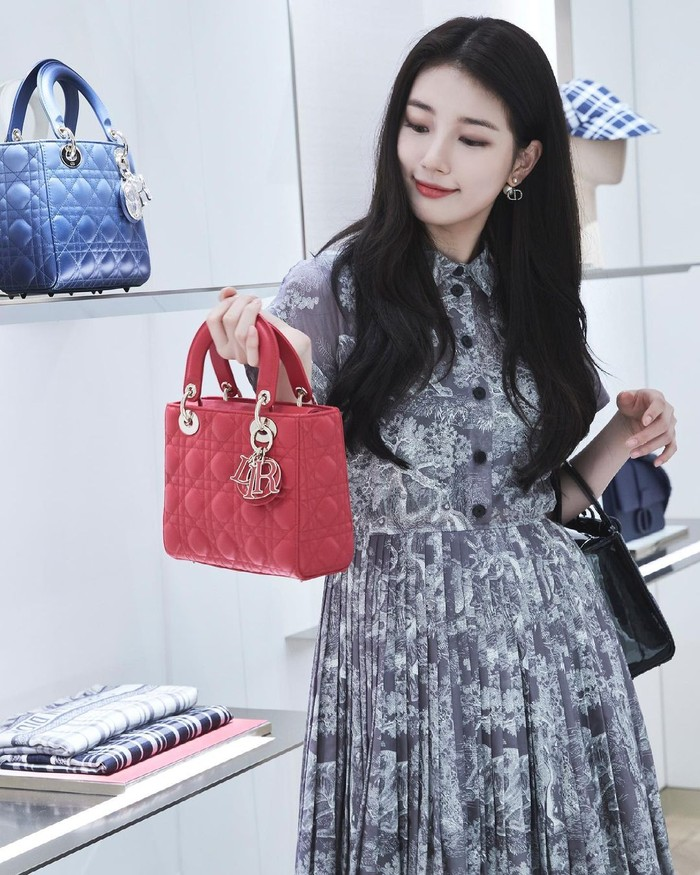 Tak hanya itu, Suzy juga sempat mencoba beberapa tas yang ada di pop up store, yaitu Small Lady Dior Bag berwarna hitam dan Lady Dior My ABCDior Bag berwarna merah. Beauties, menurutmu gaya mana nih yang paling cocok untuk Suzy? (Foto: instagram.com/voguekorea)