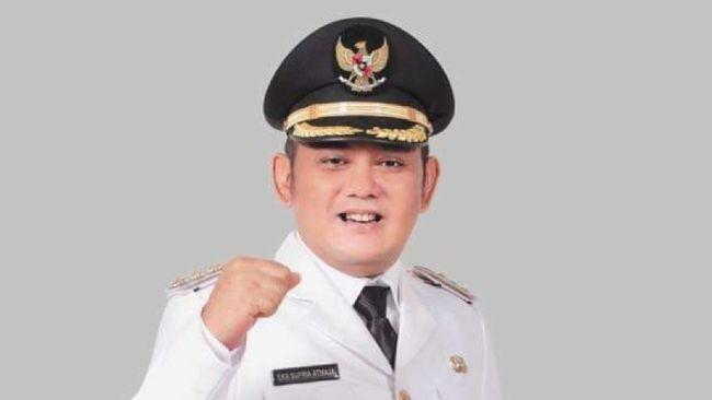 Bupati Kabupaten Bekasi Eka Supria Atmaja meninggal dunia karena terjangkit virus corona sejak awal Juli 2021 lalu.