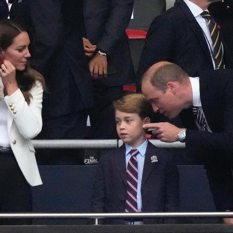 Pangeran George ikut kedua orang tuanya menonton piala Eropa secara langsung di Stadion. Yuk kita intip potretnya!
