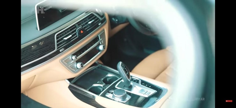 Aurel Hermansyah mendapatkan kado sebuah mobil BMW mewah seharga Rp 2 M. Yuk kita intip penampakan mobil Aurel!