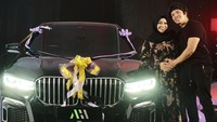 <p>Kejutan ulang tahun untuk Aurel tak sampai sana, Bunda. Sang suami kembali memberikan kejutan berupa mobil sebagai hadiah ulang tahunnya, lho. (Foto: Instagram: @aurelie.hermansyah)</p>