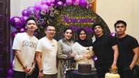 <p>Atta membuatkan sebuah background yang bertuliskan 'Mamanur's Birthday' berwarna ungu dan hitam, Bunda. Ia juga menyajikan dua buah kue, lho. Membuat netizen menduga bahwa itu merupakan kode Aurel hamil lagi. (Foto: Instagram: @attahalilintar)</p>