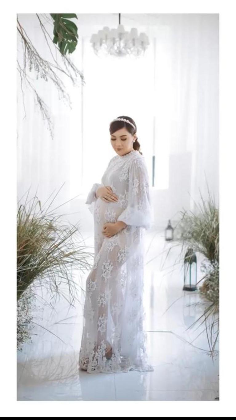 Nella Kharishma baru saja melakukan sesi pemotretan maternity dengan sang suami Dory Harsa. Yuk kita intip!