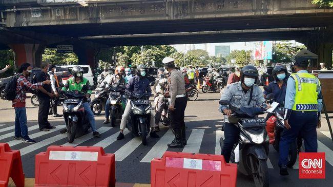 Polisi mengimbau para pekerja sektor esensial dan kritikal berangkat antara pukul 06.00 hingga 10.00 WIB selama PPKM Darurat.