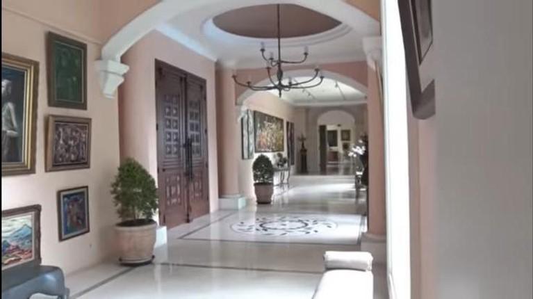 Nia Ramadhani dan Ardi Bakrie tinggal di sebuah rumah mewah bak istana. Yuk kita intip bagaimana potret rumahnya!