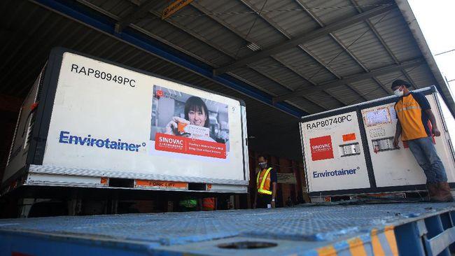 Vaksin yang hari ini masuk ke Indonesia terdiri dari 5 juta dosis Sinovac dan 200 ribu dosis Sinopharm. Keduanya merupakan produksi China.