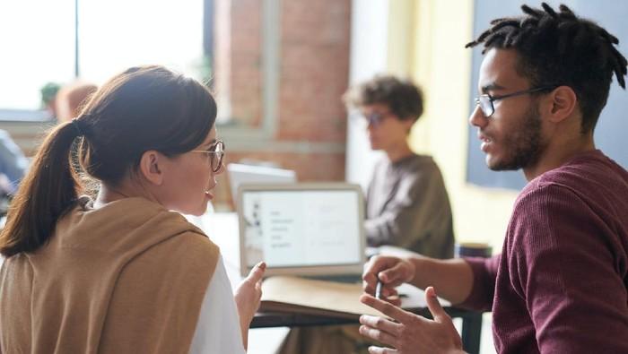 5 Cara Menghadapi Atasan yang Suka Bicara Kasar dan Menyinggung Hati