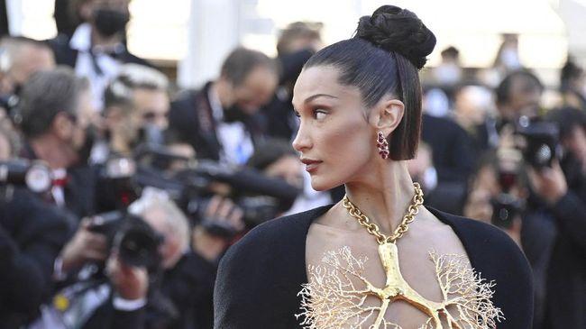 Kalung Bella Hadid yang dipakai di Festival Film Cannes menarik perhatian banyak orang. Kalung itu berbentuk paru-paru emas yang menutupi bagian dadanya.