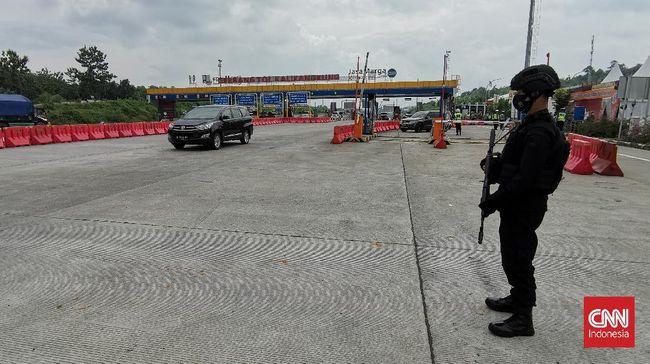 Kepolisian membuka 27 pintu keluar-masuk tol di Jawa Tengah mulai pukul 18.00 WIB, Minggu (25/7), seiring berakhirnya PPKM Level 4 Jawa-Bali.