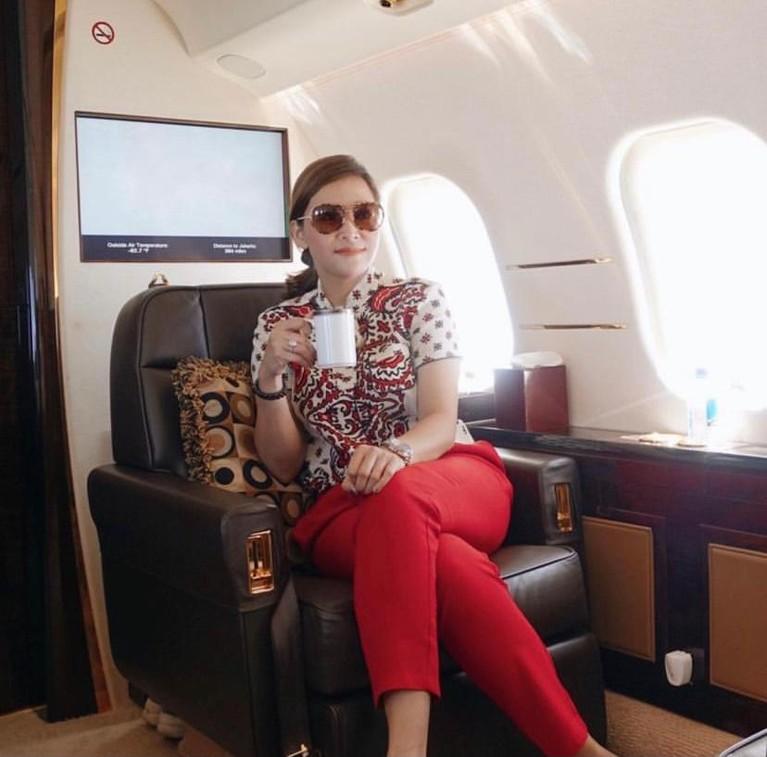 Maia Estianty sering berpergian menggunakan jet pribadi milik suaminya. Yuk kita intip gayanya!