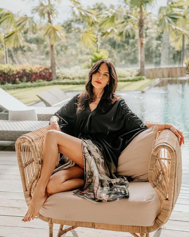 Saat liburan di Bali, Sophia Latjuba melakukan pemotretan mengenakan gaun hitam. Yuk kita intip potretnya!