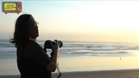 <p>Menjemput suami di Bali, Maia Estianty tak lupa memboyong deretan kamera profesional. Bunda tiga anak itu mulai menggeluti hobi fotografi dan videografi nih. (Foto: YouTube Maia Aleldul TV)</p>