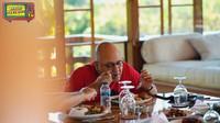 <p>Maia juga mengabadikan potret ketika menikmati sarapan pagi di villa. Irwan Mussry tampak menyantap hidangan nasi campur Bali dengan lahap, Bunda. (Foto: YouTube Maia Aleldul TV)</p>