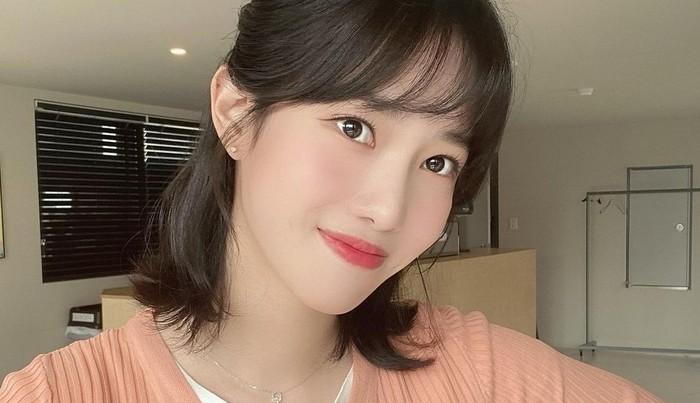 Yang Hye Ji, pemeran tokoh Oh Bit Na dalam drama Nevertheless, yang belakangan ini namanya jadi perbincangan oleh netizen karena pesonanya.Ialahir pada tanggal 20 Januari 1996.Wanita cantik ini memiliki postur tubuh yang cukup tinggi, yaitu sekitar 167 cm./foto: instagram.com/hazziss
