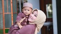 <p>Arkana saat ini menjadi anak ketiga bagi Atalia. Sama seperti pada kedua anak kandungnya, wanita cantik ini juga terlihat amat menyayangi Arkana, Bunda. (Foto: Instagram @ataliapr)</p>