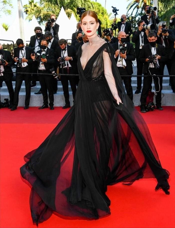 Marina Ruy Barbosamengenakan gaun hitam dari Valentino dan melengkapi penampilannya dengan anting emerald dari Chopard./Foto: instagram.com/marinaruybarbosa