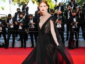 Maggie Gyllenhaalmengenakan gaun berwarna merah dari Versace saat menghadiri premier film Benedetta./Foto: instagram.com/versace