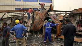 FOTO: Berjibaku Cari Korban Kebakaran RS Covid Irak