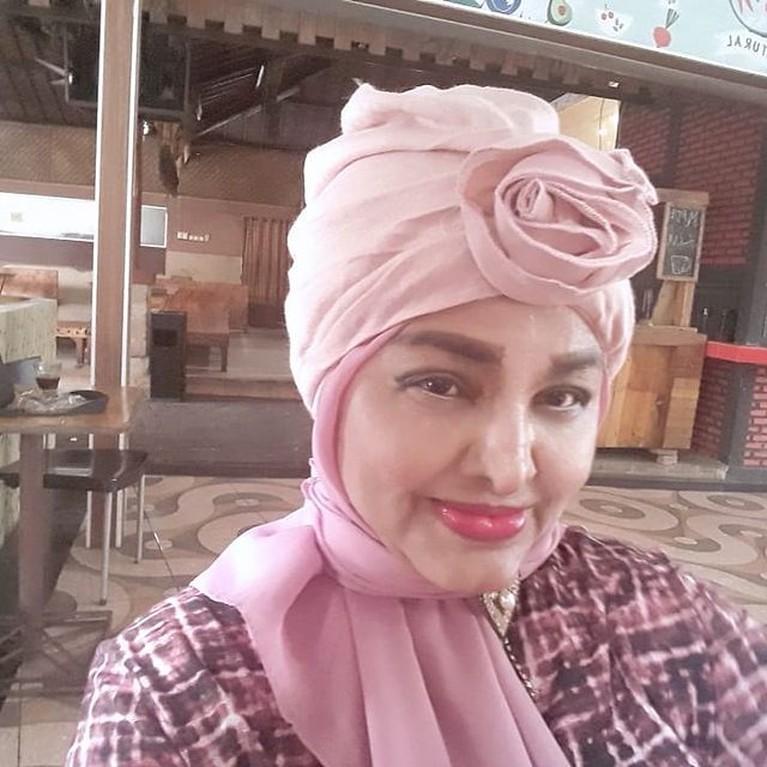 Kabar duka kembali menghiasi dunia hiburan Tanah Air, pedangdut senior Neneng Anjarwati meninggal dunia. Yuk kita intip potretnya!