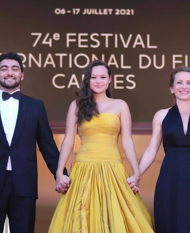 Melati Wijsen wanita asal Indonesia yang hadir di Festival Film Cannes curi perhatian. Yuk kita intip potretnya!