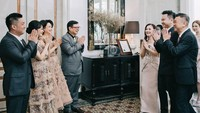 <p>Keluarga Risa dan Michael tampak begitu bahagia di hari pertunangan. Tak cuma Risa dan Michael, kedua keluarga mereka pun mengenakan pakaian yang serasi dan senada. (Foto: Instagram @santosorisa)</p>