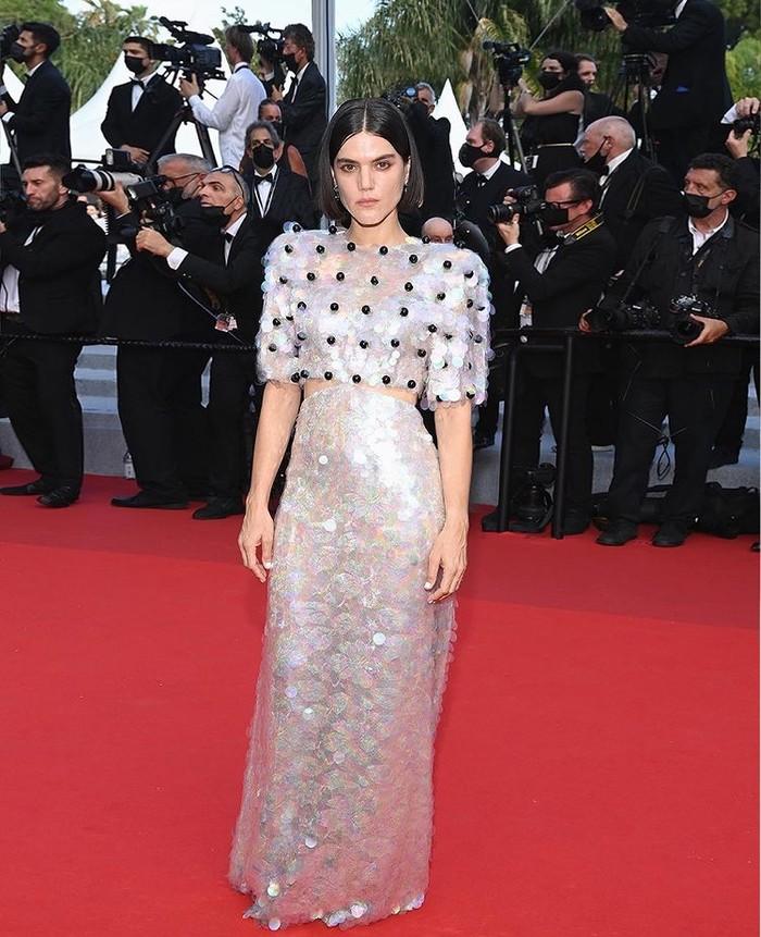 Soko mengenakan gaun payet warna-warni dari Gucci dengan detail border. Tak hanya itu, Soko juga menggunakan makeup dari Guccibeauty./Foto: instagram.com/gucci