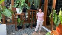 <p>Artis cantik Dian Nitami ternyata punya banyak koleksi tanaman hias lho, Bunda. Istri Anjasmara ini pun kerap menyebut koleksinya ini Anak Ijo. (Foto: Instagram: @bu_deedee)</p>