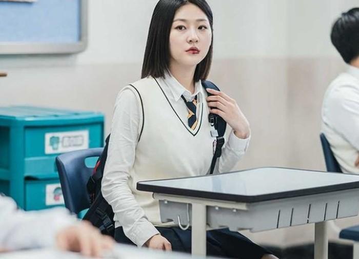Banyak netizen yang mengaku penasaran dengan kelanjutan hidup Ga Du Sim. Apalagi Kim Sae Ron terlihat sangatcantik dan menawan dengan penampilan barunya dalam drama ini.(foto: kakaotv.official)