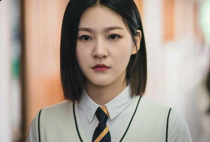 Diluar dugaan, drama Superior Shaman Ga Du Sim akan bergenre fantasi. Kim Sae Ron sendiri berperan sebagai Ga Du Sim, siswi SMA yang ternyata adalah putri generasi ketiga keluarga dukun.(foto: kakaotv.official)
