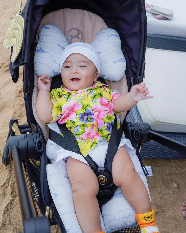 Momo Eks Geisha dan sang suami Nicola Reza Samudra memboyong anak-anak mereka berlibur di Bali. Yuk intip baby Abe main pantai!