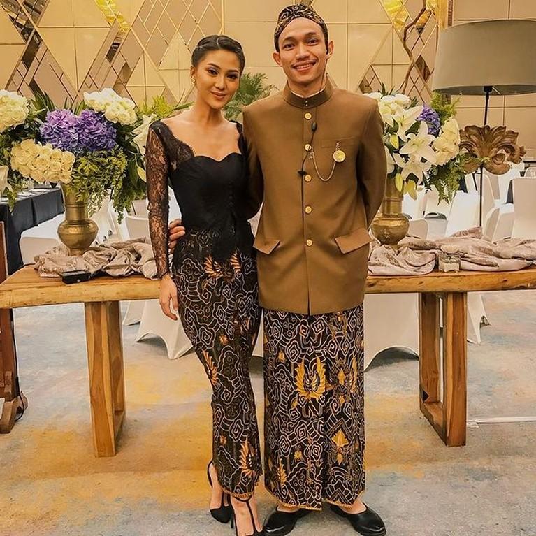Heboh anak menteri Audy Pratama dan sang istri Rachel Theresia pergi bulan madu di tengah kondisi PPKM. Yuk intip potret mereka!