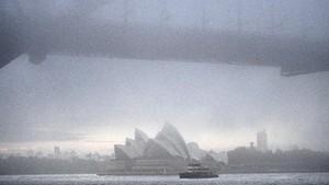 WN Australia Rela Naik Kapal Phinisi untuk Keluar Indonesia