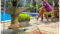 <p>Tak hanya berenang, Mira Lesmana juga gemar berjemur di pinggir kolam renang. Terdapat bangku-bangku kecil untuk dipakai bersantai di tepi kolam. (Foto: Instagram: @mirles)</p>