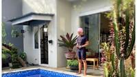 <p>Seperti di villa, Mira Lesmana bisa langsung berenang di<em> private pool</em> begitu keluar dari rumah. Asyik banget Bunda! (Foto: Instagram: @mirles)</p>