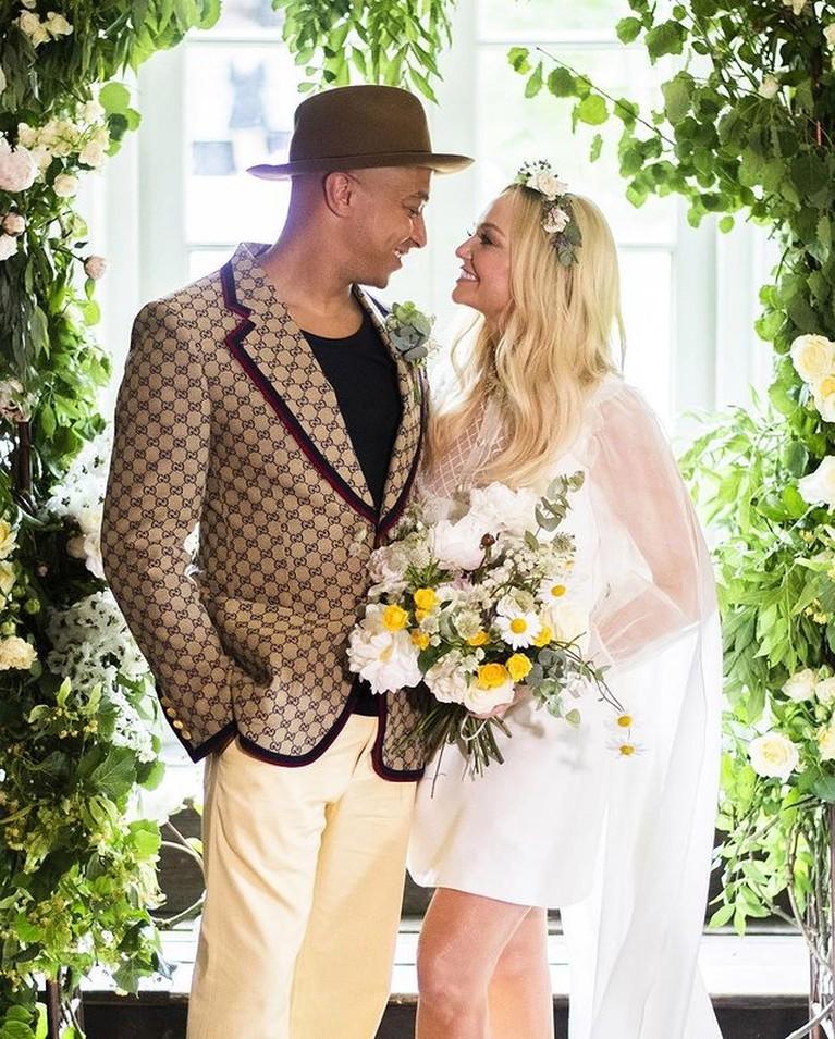 Setelah 21 tahun menjalin hubungan Emma Bunton Spice Girl resmi menikah dengan sang kekasih. Yuk intip potret pernikahannya!