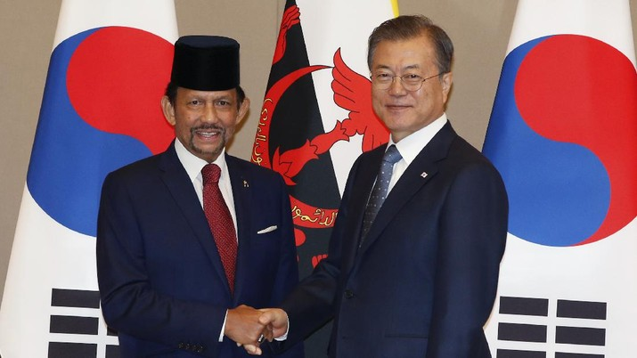 South Korean President Moon Jae-in, right, shakes hands with Brunei's Sultan Hassanal Bolkiah, left, prior their meeting at the Presidential Blue House in Seoul, South Korea, Sunday, Nov. 24, 2019. Brunei Sultan Hassanal Bolkiah arrived to attend the Association of South East Asia Nations (ASEAN) Summit in Busan, South Korea. (Kim Hee-chul/Pool Photo via AP)