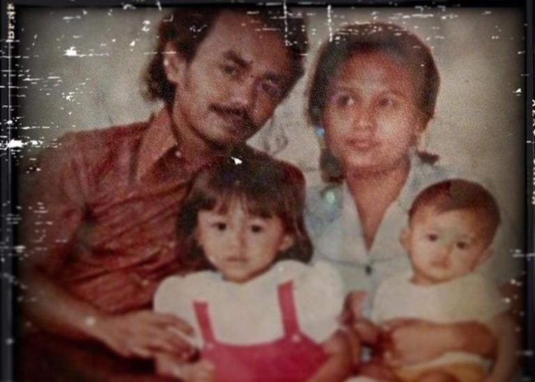 Kakak beradik Yuni Shara dan Krisdayanti tengah berduka kehilangan sang ayah tercinta. Yuk intip foto kenangan mereka!
