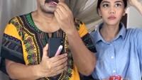 <p>Anesya bahkan kerap mengajak ayahnya bermain TikTok. Seperti ketika mereka bertukar posisi dan membuat sang Ayah rela memakai makeup demi konten. (Foto: Instagram: @anesyaanggun_)</p>