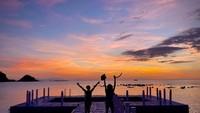 <p>Kedua anak Nirina Zubir, Zivara dan Elzo juga sangat menikmati suana Labuan Bajo. Mereka gemar mengabadikan potret indahnya matahari tenggelam di pantai. (Foto: Instagram: @nirinazubir_)</p>