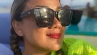 <p>Nirina Zubir juga menikmati suasana pantai dan kerap menghabiskan waktu dengan berjemur, Bunda. (Foto: Instagram: @nirinazubir_)</p>