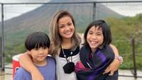 <p>Tak bisa pulang ke rumah, Nirina Zubir tetap bahagia melihat senyum kedua anaknya. Tengok potret kehangatan mereka ketika berpose di depan gunung, Bunda. (Foto: Instagram: @nirinazubir_)</p>